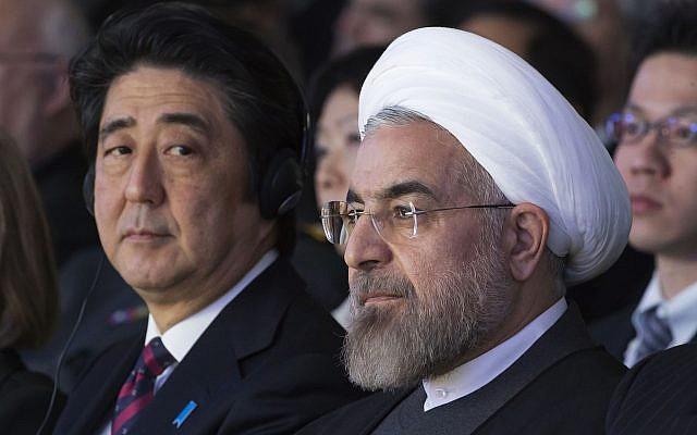 Illustration : le Premier ministre japonais Shinzo Abe et le président iranien Hassan Rouhani, au Forum économique mondial de Davos,  le 22 janvier 2014. (Crédit : AP/Michel Euler, Archives)