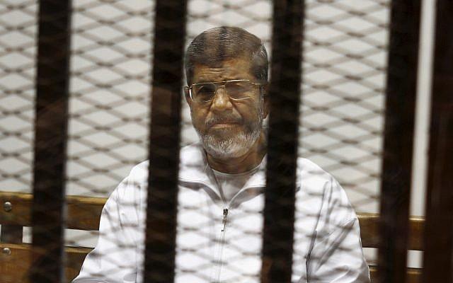 Le président islamiste égyptien Mohammed Morsi, dans le box des accusés, au tribunal du Caire, le 8 mai 2014. (Crédit : AP Photo/Tarek el-Gabbas, File)