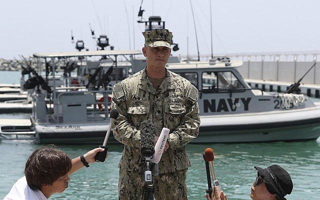 Le commandant de la marine américaine Sean Kido parle aux journalistes aux Emirats arabes unis, le 19 juin 2019. (Crédit : AP/Kamran Jebreili)