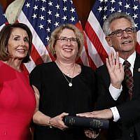 La présidente de la Chambre, Nancy Pelosi, de Californie (à gauche), pose lors d'une cérémonie de prestation de serment avec le représentant démocrate de Californie Alan Lowenthal, (à droite), au Capitole, le jeudi 3 janvier 2019, à Washington, pendant la session inaugurale du 116e Congrès. (AP Photo/Alex Brandon)