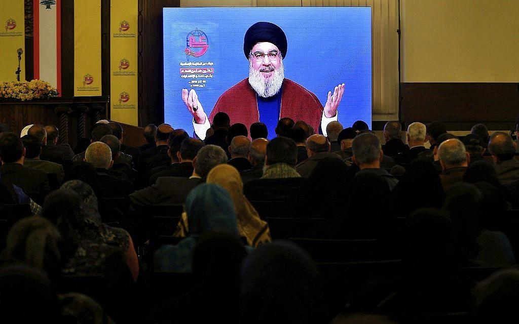 Des partisans du groupe terroriste du Hezbollah soutenu par l'Iran écoutent le discours du dirigeant du Hezbollah Hassan Nasrallah via une liaison vidéo dans une banlieue sud de Beyrouth, Liban, le 8 mars 2019. (AP Photo/Bilal Hussein)