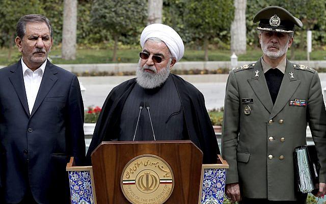 Le président Hassan Rouhani, au centre, durant une conférence de presse après une réunion du cabinet, avec le vice-président Eshaq Jahangiri, à gauche, et le ministre de la Défense, le général Amir Hatami à Téhéran, le 18 mars 2019. (Crédit : Présidence iranienne via AP)