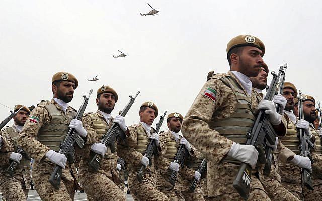 Sur cette photo publiée par le site officiel du bureau de la présidence iranienne, les soldats défilent lors d'un défilé militaire marquant la Journée nationale de l'armée devant le mausolée de feu le fondateur révolutionnaire Ayatollah Ruhollah Khomeini, près de Téhéran, en Iran, le 18 avril 2019. (Bureau de la présidence iranienne via AP)
