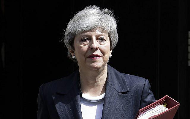 La Première ministre britannique Theresa May quitte le 10 Downing Street pour assister à la session hebdomadaire des questions du Premier ministre au parlement de Londres, le 22 mai 2019 (Crédit : AP Photo/Kirsty Wigglesworth)