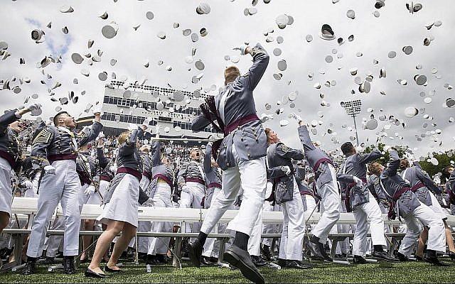 Des cadets de West Point lancent leur casquette en l'air à la fin des cérémonies de remise des diplômes à l'Académie militaire américaine, le samedi 25 mai 2019, à West Point, New York. (AP Photo/Julius Constantine Motal)