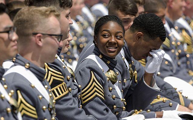 illustration : une femme cadet de West Point sourit lors de la cérémonie de remise des diplômes à l'Académie militaire des États-Unis, le samedi 25 mai 2019, à West Point, New York. La promotion de plus de 980 cadets qui ont obtenu leur diplôme comprenait 34 femmes noires, soit le nombre le plus élevé de toute l'histoire de l'Académie. (AP Photo/Julius Constantine Motal)