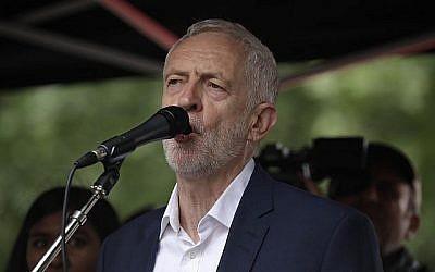 Le leader du parti d'opposition britannique du Labour Jeremy Corbyn prononce un discours durant un rassemblement lors d'une manifestation à Londres, à Whitehall, pour protester contre la visite d'Etat réalisée par le président américain Donald Trump, le 4 juin 2019 (Crédit : AP Photo/Matt Dunham)