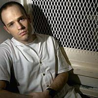 """Dans cette photo du 3 décembre 2003, le condamné à mort Randy Halprin, alors âgé de 26 ans, est assis dans une cellule de visite à l'unité Polunsky à Livingston, Texas. Halprin, un détenu juif dans le couloir de la mort qui faisait partie de la bande des prisonniers évadés """"Texas 7"""", a déposé un recours en appel au motif que l'ancien juge du comté Vickers Cunningham, qui l'a condamné, était antisémite et avait fréquemment utilisé des insultes racistes. Halprin soutient que Cunningham aurait dû se récuser. (AP Photo/Brett Coomer, File)"""