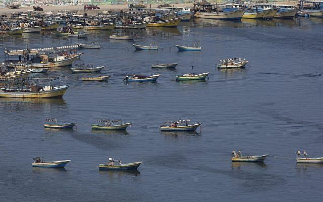Les bateaux des pêcheurs palestiniens dans le port de Gaza à Gaza City, le 13 juin 2019 (Crédit : AP/Hatem Moussa)