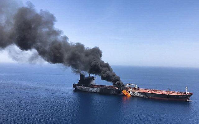 Un pétrolier en feu en mer d'Oman, le 13 juin 2019. (Crédit : AP)