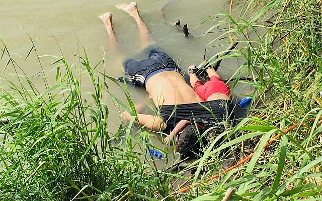 Les corps de deux migrants du Salvador Oscar Alberto Martínez Ramírez et sa fille de deux ans Valeria sur les rives de Rio Grande à Matamoros, au Mexique, le 24 juin 2019. (Crédit : AP Photo/Julia Le Duc)
