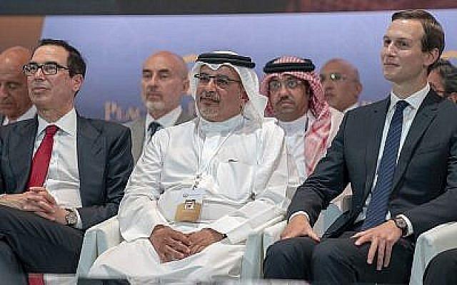 """De gauche à droite, le secrétaire au Trésor américain Steven Mnuchin, le prince héritier Salman bin Hamad Al Khalifa et Jared Kushner, conseiller principal de la Maison-Blanche, assistent à la séance inaugurale de l'atelier """"Peace to Prosperity"""" à Manama, Bahrein, le 25juin 2019. (Bahrain News Agency via AP)"""