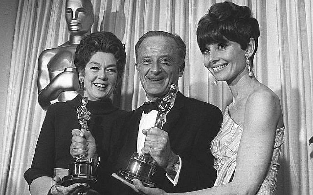 Audrey Hepburn, à droite, avec Fred Zinneman et Rosalind Russell, à gauche, à la remise des Oscars de 1967, le 10 avril 1967 (Crédit : AP Photo/ File)