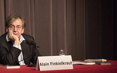Alain Finkielkraut réfléchit à la réponse à une question lors d'une rencontre à Bruxelles, Belgique, le 3 avril 2016. (Cnaan Liphshiz/JTA)