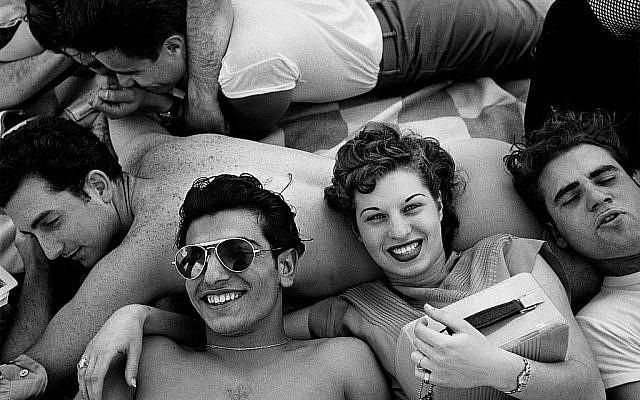 """Zoom sur la photo """"Adolescents de Coney Island"""" prise par Harold Feinstein en 1949. (Crédit : Harold Feinstein/autorisation)"""