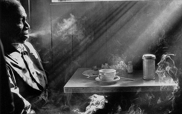 Zoom sur une phhoto d'un homme fumant une cigarette dans un diner, 1974. (Harold Feinstein/autorisation)