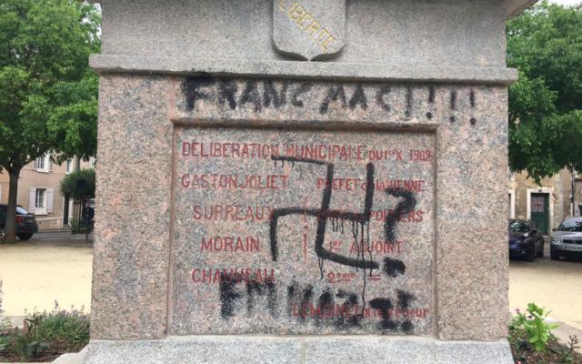 Le socle de la statue de la Liberté, tagué d'une croix gammée, découvert ainsi dans le centre-ville de Poitiers le jeudi 30 mai 2019. (Crédit photo : Twitter / @NRCP_POITIERS)