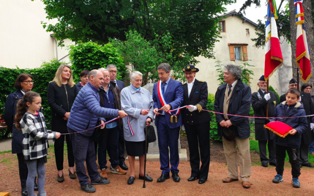 Marcelle Tarrié, au centre, lors de la cérémonie d'inauguration du square des Justes dans la ville d'Aurillac, dans le Cantal, le 27 mai 2019. (Crédit photo : Préfet du Cantal / Twitter)