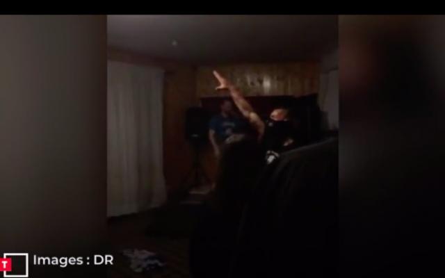 Capture d'écran d'une vidéo publiée par le journal «Le Télégramme», montrant un homme effectuant un salut nazi lors d'un concert «hommage» à Adolf Hitler le 20 avril 2019 dans les environs de la commune de Plélan-le-Grand, en Ille-et-Vilaine. (Crédit photo : DR / Le Télégramme)