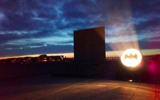L'installation Bat-Signal de l'artiste Alex Israël illuminant le ciel de Marseille. (Crédit photo : Ville de Marseille / Twitter)