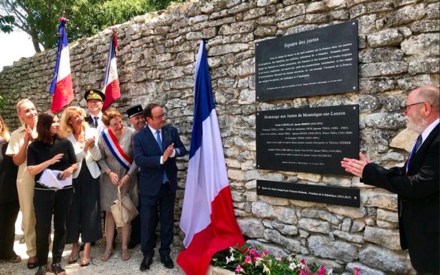 L'ancien président français François Hollande participe à l'inauguration du «square des Justes» de la commune de Montségur-sur-Lauzon, dans la Drôme. (Crédit photo : Twitter / François Hollande)