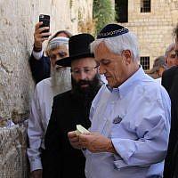 Le président chilien Sebastian Piñera, au centre, en chemise bleue, au mur Occidental de Jérusalem, le 24 juin 2019. Crédit : Western Wall Heritage Foundation)