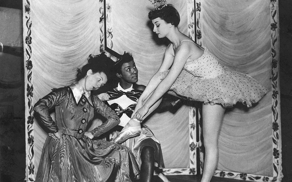 Au théâtre de Cambridge, en décembre 1949, les danseurs  Gillian Moran et Adele posent avec Audrey Hepburn dans une publicité pour 'Sauce Tartare.' (Crédit : Heritage Images/Keystone Archivers/akg-images)