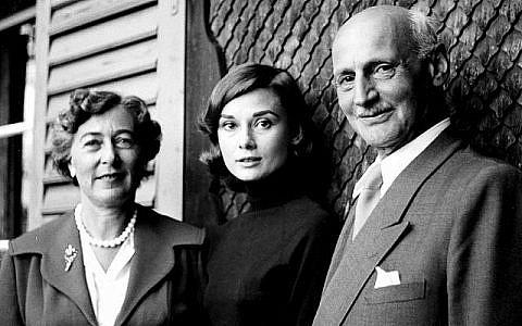 En 1957, la tension de la journée passée en Suisse avec Elfriede et Otto Frank est visible sur le visage d'Audrey Hepburn. Otto Frank lui avait demandé de tenir le rôle de sa fille, Anne, dans un prochain film ; une offre qu'elle avait décliné pour des raisons variées (Crédit : Eva Schloss, photographe; Maison Anne Frank )