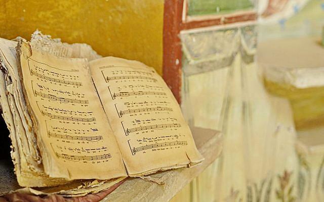 Partitions musicales d'un office religieux célébré il y a plus de 50 ans à l'église roumaine de Qasr al-Yahoud, dans une photo publiée par le ministère de la Défense le 20 juin 2019. (Avec l'aimable autorisation du ministère de la Défense)