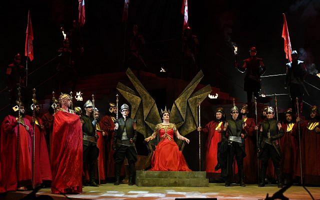 La reine Abigaille sur le trône dans le cadre de l'opéra Nabucco de Verdi,  interprété le 20 juin 2019 à Brekhat HaSultan, à Jérusalem (Crédit : Eithan Elkin)