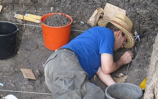 Le docteur Reuven Yeshurun de l'université hébraïque trouve des ossements d'animaux sur le site archéologique d' Ein Qashish dans le nord d'Israël (Crédit :  Prof. Erella Hovers, Université hébraïque)