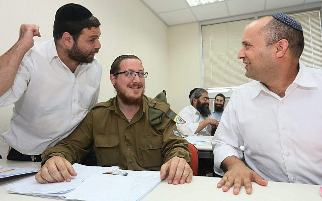 Le ministre de l'Economie en 2013, Naftali Bennett, en visite dans un centre de Bnei Brak, dans le centre du pays, où les femmes et les hommes religieux reçoivent un enseignement en maths, en anglais et autres matières essentielles qui ne sont pas enseignées dans les écoles et dans les séminaires ultra-orthodoxes, le 25 avril 2013 (Crédit : Assaf Shilo/Economy Minister/Flash90)
