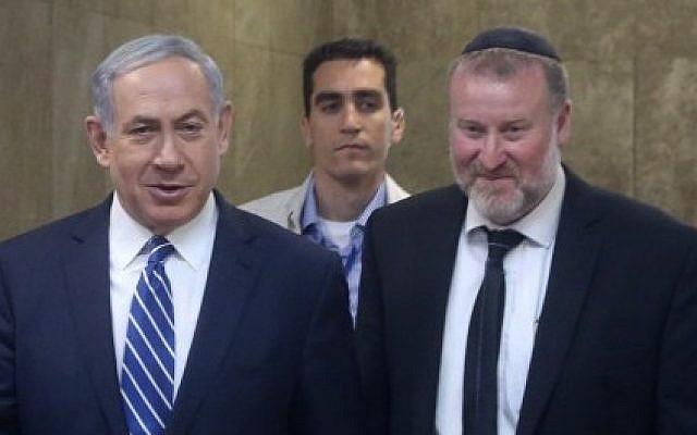 Le Premier ministre Benjamin Netanyahu (à gauche) avec le secrétaire du cabinet d'alors et actuel procureur général Avichai Mandelblit, le 26 mai 2015. (Marc Israel Sellem/Pool/Flash90)