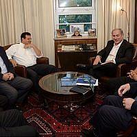 Le Premier ministre Benjamin Netanyahu rencontre des représentants du parti de la Liste arabe unie pour discuter de l'augmentation des budgets des villes arabes en Israël à la résidence du Premier ministre de Jérusalem, le 31 août 2015 (Crédit : Amos Ben Gershom/GPO)