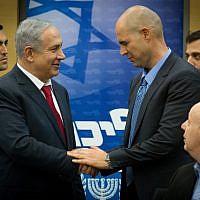 Le Premier ministre Benjamin Netanyahu (G) en compagnie du député Amir Ohana lors d'une réunion du Likud à la Knesset, le 11 janvier 2016. (Miriam Alster/Flash90)