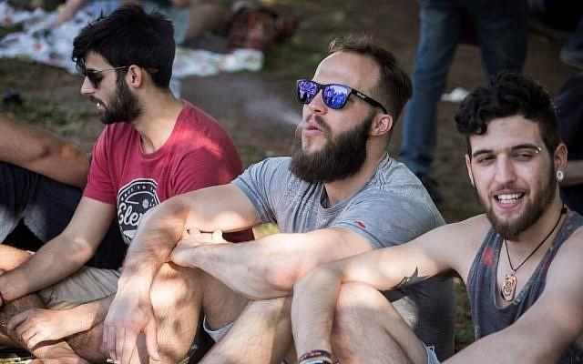 De jeunes Israéliens rassemblés devant la Knesset, au parc Rose Garden, à Jérusalem, fumant de l'herbe, le 20 avril 2016, Journée internationale de la marijuana, lors d'une manifestation en faveur de la légalisation. (Hadas Parush / Flash90).
