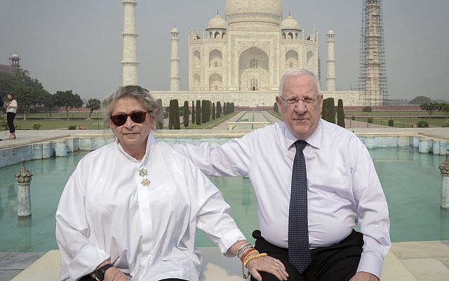 Reuven et Nechama Rivlin devant le Taj Mahal en Inde, le 16 novembre 2016. (Crédit : Mark Neyman/GPO)