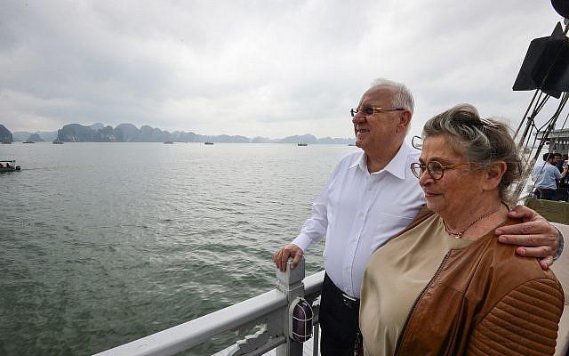 Reuven et Nechama Rivlin. en croisière à  Ha Long Bay, au Vietnam, le 22 mars 2017.(Crédit ; Kobi Gideon / GPO)