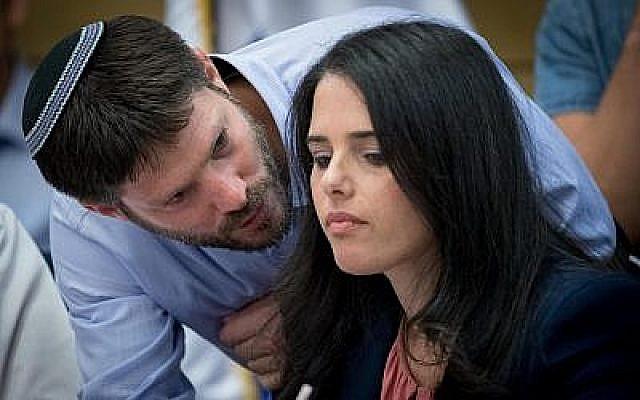 Ayelet Shaked et Bezalel Smotrich (à gauche) lors d'une commission parlementaire à la Knesset, le 9 juin 2017. (Crédit : Yonatan Sindel/Flash90)