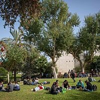 Photo d'illustration d'étudiants sur le campus de Rehovot de l'Université hébraïque, le 22 janvier 2018 (Crédit : Miriam Alster/FLASH90)