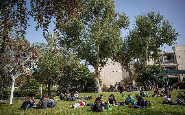Photo d'illustration d'étudiants sur le campus de Rehovot de l'Université hébraïque, le 22 janvier 2018 (Crédit : Miriam Alster/FLASH90)