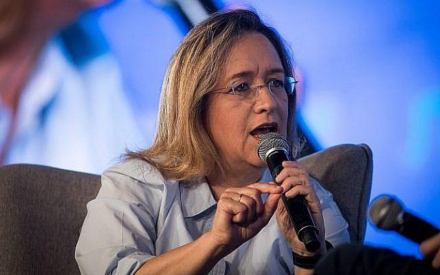 La journaliste d'investigation Ilana Dayan lors d'une conférence au centre international de conférences de Jérusalem, le 3 septembre 2018 (Crédit : Yonatan Sindel/Flash90)