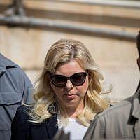 Sara Netanyahu, épouse du Premier ministre Benjamin Netanyahu, arrive au tribunal de première instance de Jérusalem, le 7 octobre 2018. (Yonatan Sindel/Flash90)