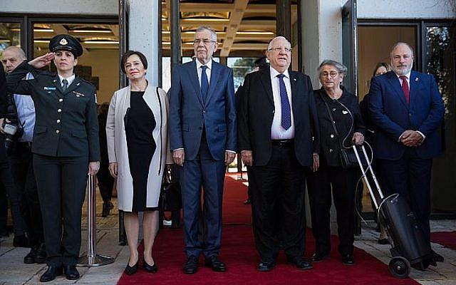 Le président israélien Reuven Rivlin et son épouse Nechama Rivlin, 3ème à droite, lors d'une cérémonie de bienvenue organisée à la résidence du président de Jérusalem pour le président autrichien Alexander Van der Bellen et  sa femme Doris Schmidauer, deuxième à gauche, le 4 février 2019 (Crédit :  Noam Revkin Fenton/Flash90)
