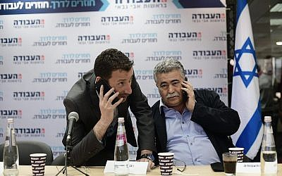 Les députés Travaillistes Itzik Shmuli, à gauche, et Amir Peretz au siège du parti à Tel Aviv, le 13 février 2019. (Crédit : Tomer Neuberg/Flash90)