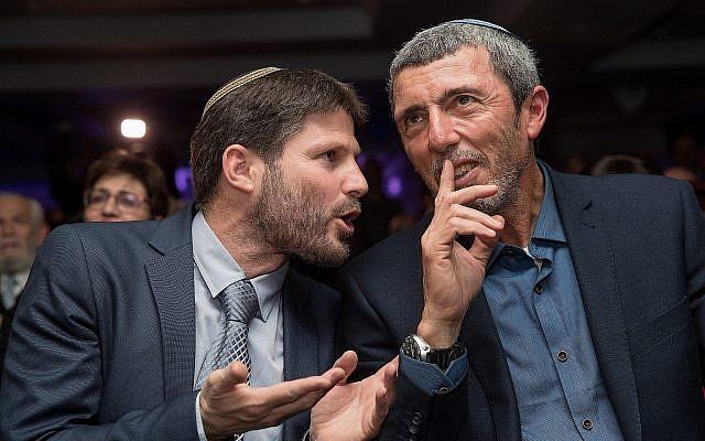 Rafi Peretz (à droite), président de l'Union des partis de droite, et Bezalel Smotrich, président de la faction Union Nationale, lors du lancement de la campagne électorale du parti en 2019, le 11 mars 2019. (Yonatan Sindel/Flash90)