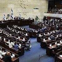 La salle plénière de la Knesset lors de la cérémonie de prestation de serment des membres de la Knesset alors qu'une nouvelle session s'ouvre après les élections, le 30 avril 2019. (Noam Revkin Fenton/Flash90)