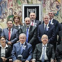 Le Président Reuven Rivlin, le Premier ministre Benjamin Netanyahu et d'autres chefs de parti posent pour une photo de groupe lors de la cérémonie de prestation de serment des membres de la Knesset, le 30 avril 2019. (Photo par Noam Revkin Fenton/Flash90)