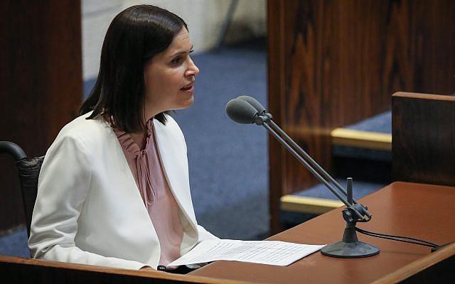 La députée Kakhol lavan Karine Elharrar s'exprime lors d'une session plénière de la Knesset, le 20 mai 2019. (Crédit : Noam Revkin Fenton/Flash90)