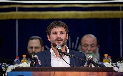 Le député Bezalel Smotrich, de l'Union des partis de droite, prend la parole lors de Yom Yeroushalayim à la yeshiva Mercaz Harav à Jérusalem, le 2 juin 2019. (Aharon Krohn/Flash90)